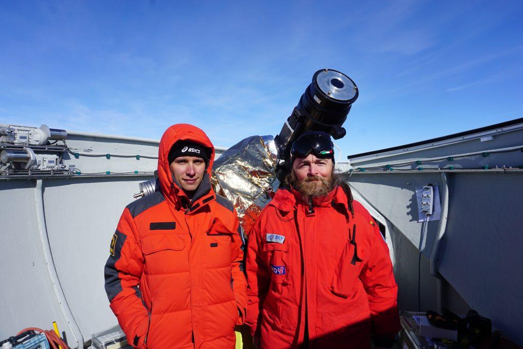 Gerardo Capobianco (ricercatore OATo e Alessandro Liberatore (dottorando dell'università' di Torino) accanto allo strumento AnctarctiCor presso la stazione Concordia in Antartide Copyright: G. Capobianco, A. Liberatore @ PNRA